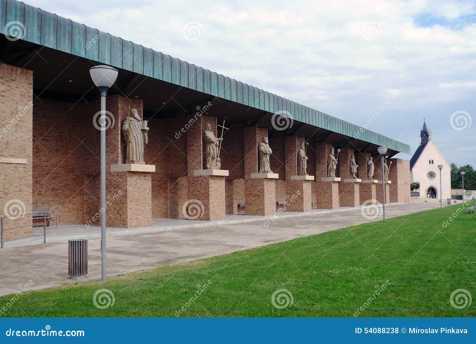De plaats van de Velehradbedevaart, talrijke standbeelden van heiligen