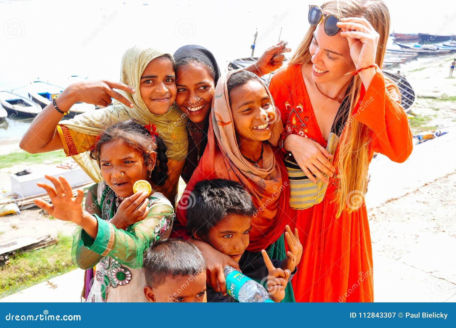 De plaatselijke bewoners omhelzen een toerist in Varanasi, India