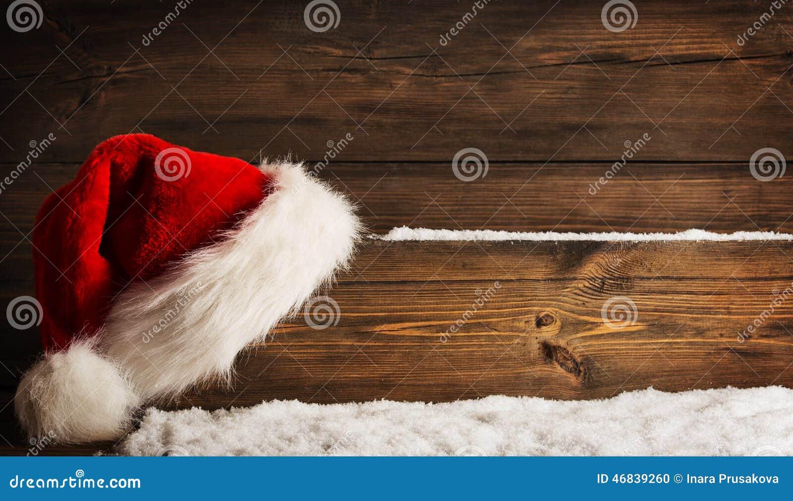 De Plank van Kerstmissanta claus hat hanging on wood, Kerstmisconcept
