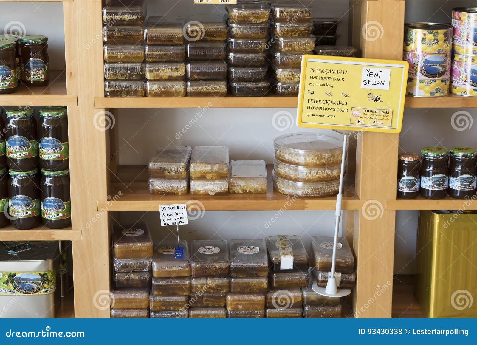 De planken slaan gespecialiseerd voor de verkoop van honingbijpijnboom en bloem op