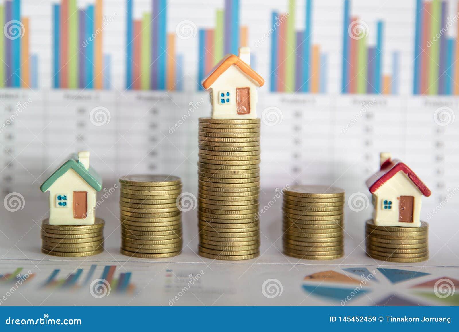 De planning van besparingengeld van muntstukken om een huis, concept voor bezitsladder, hypotheek en onroerende goedereninvesteri