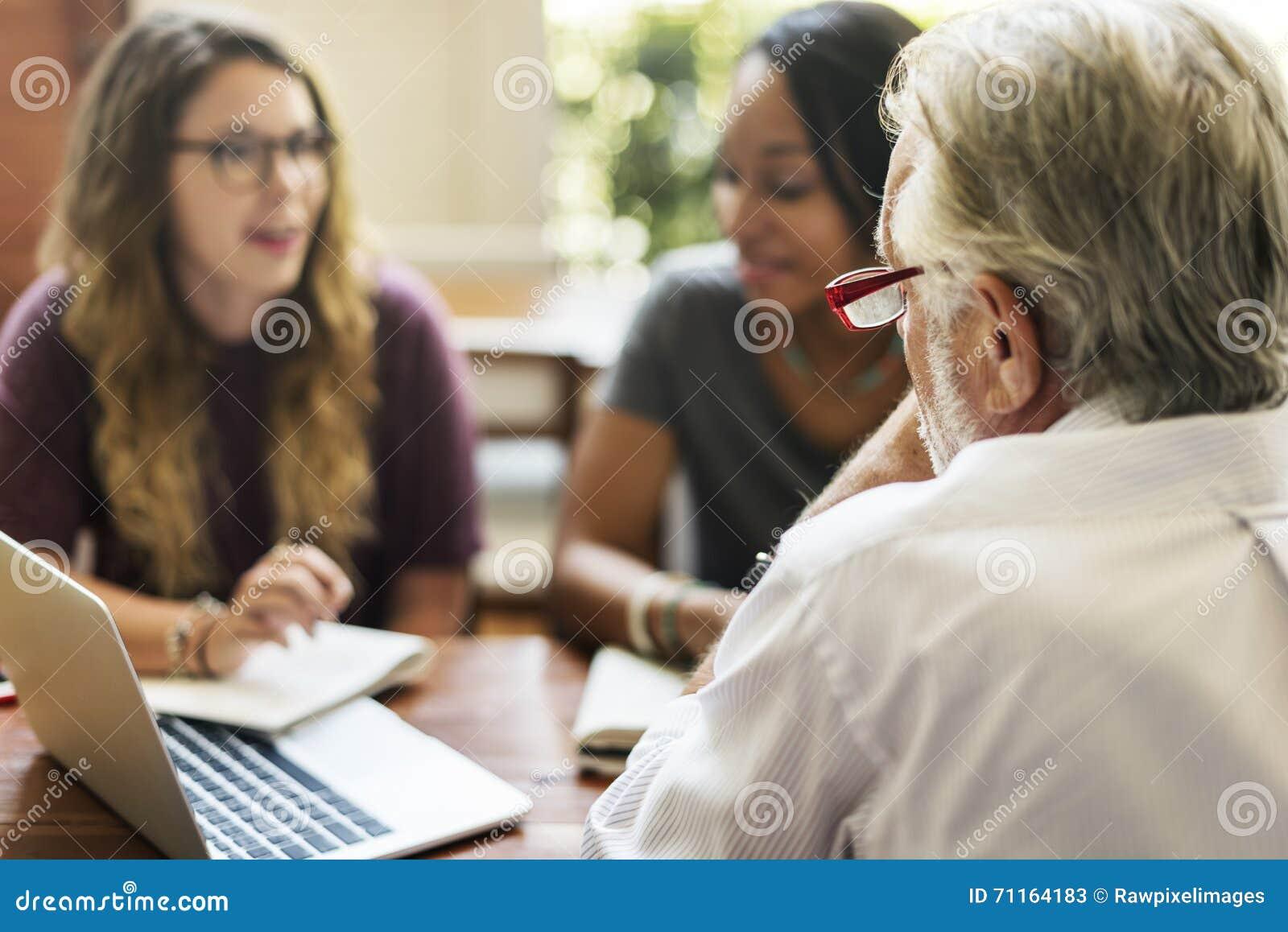 De Planningsconcept van leraarsstudents meeting talking