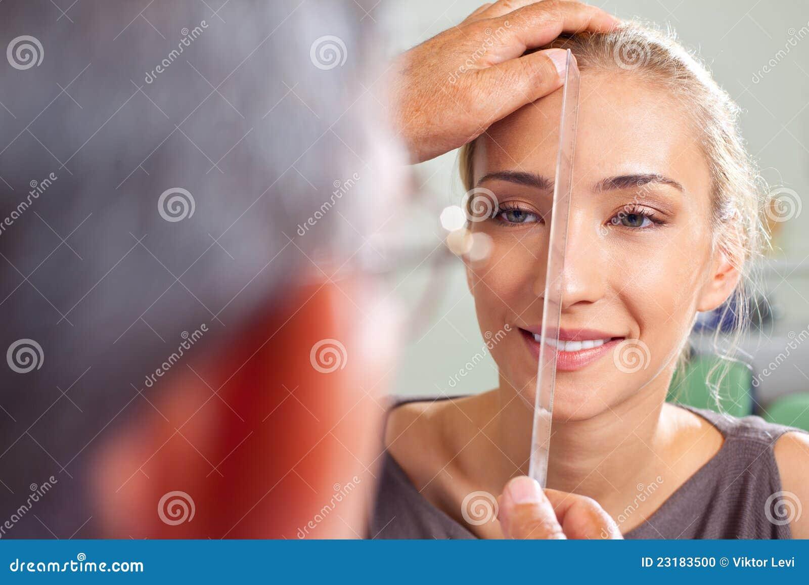 De plastische chirurgievoorbereiding van de neus