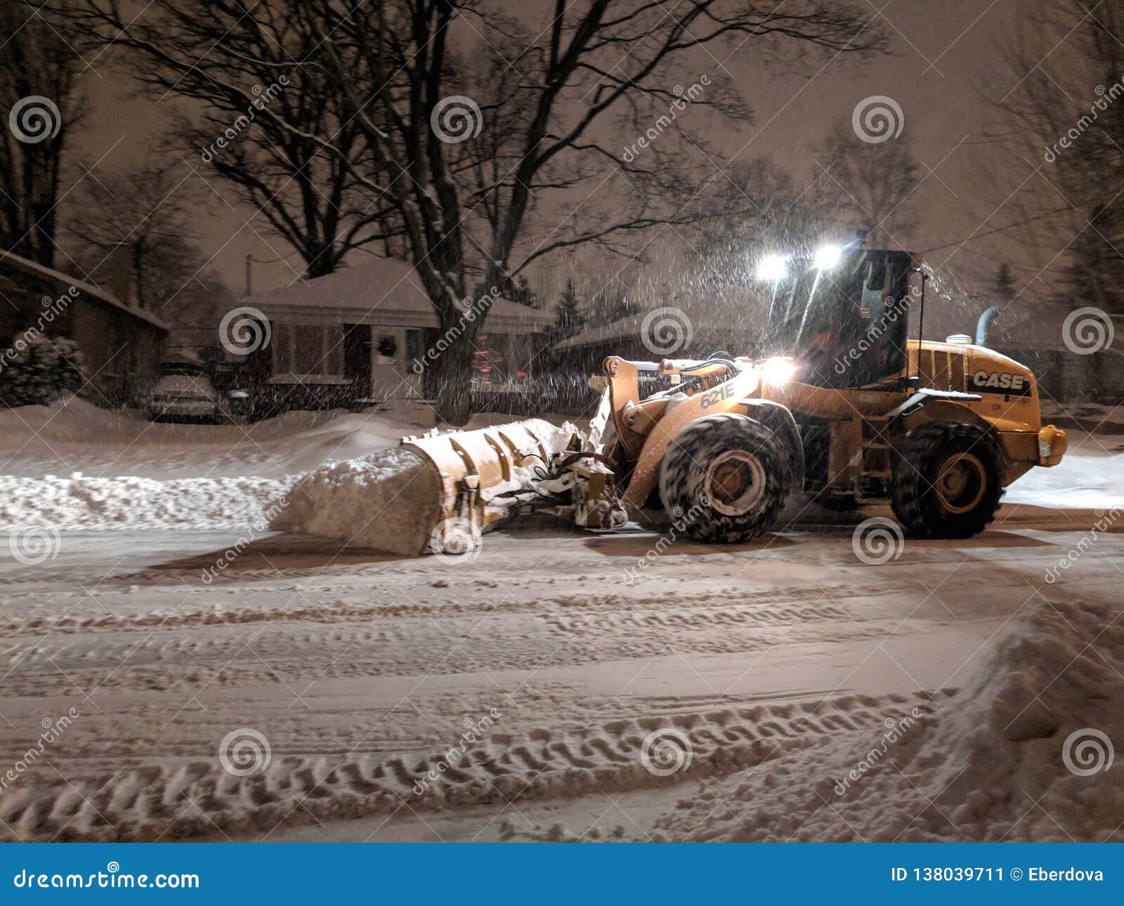 De ploegende vrachtwagen die van de de dienstsneeuw woonstraat tijdens zware sneeuwstorm, Toronto, Ontario, Canada schoonmaken