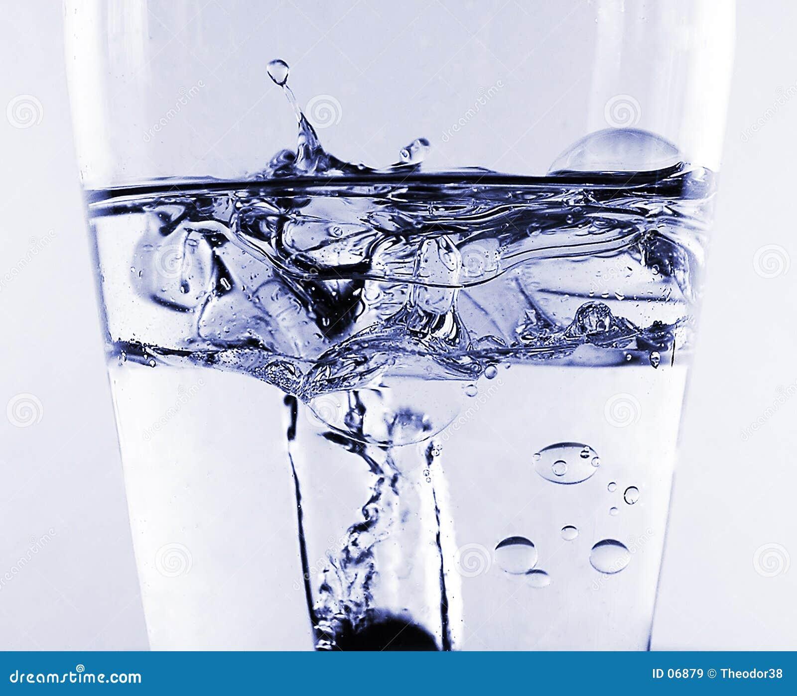 De plons van het water in olie en water