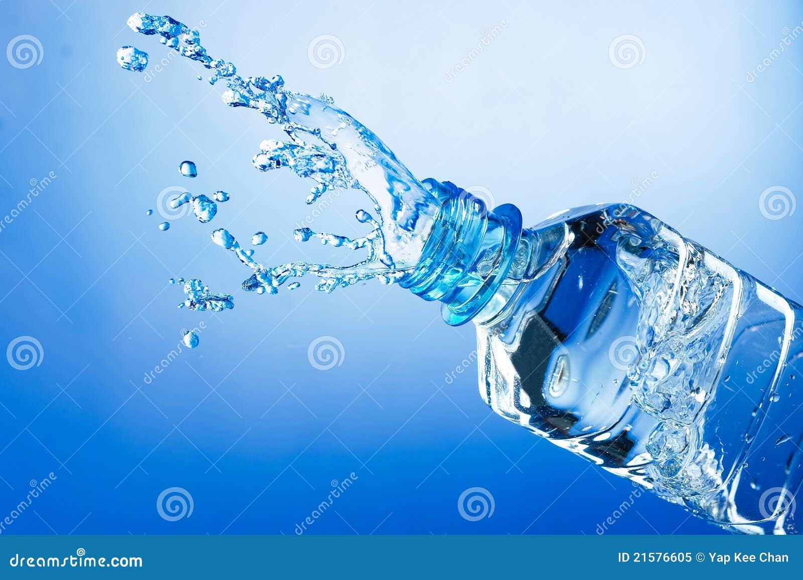 De plons van het water van fles