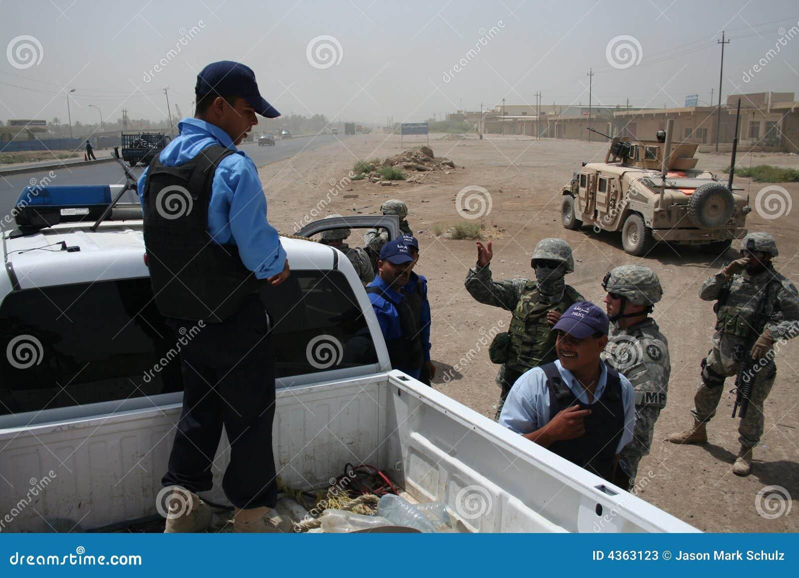 De Politie van de controleIaqi van de Militairen van het Leger van de V.S. bij Controlepost