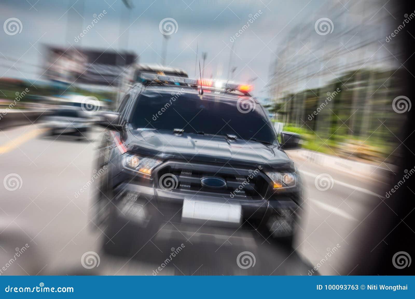 De politiewagen zoemde snel om de sirene te openen, die langs t drijven