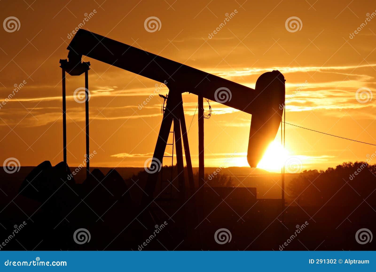 De pomp van de olie tegen het plaatsen van zon