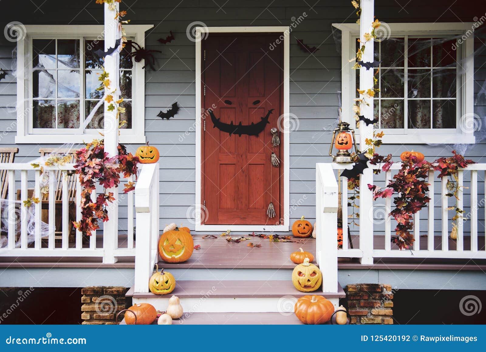 Halloween Decoratie Voor Buiten.De Pompoenen En De Decoratie Van Halloween Buiten Een Huis Stock Foto Image Of Spookachtig Pompoenen 125420192