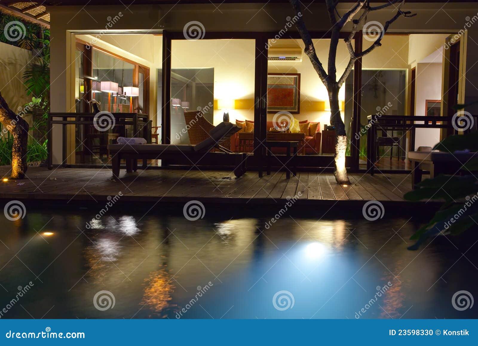 De pool en het terras van de nacht voor rust erachter