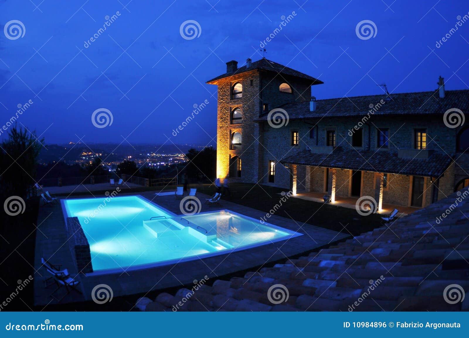 De pool van het hotel bij nacht