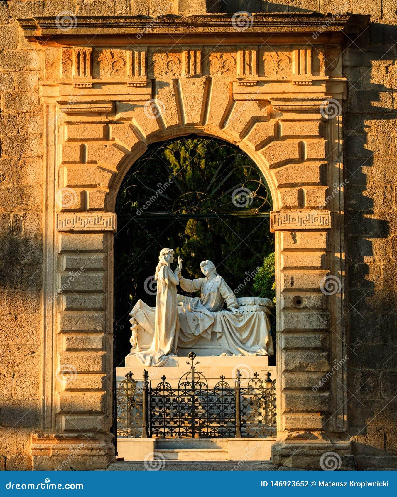 De poort van de braniteljabegraafplaats van Groblje Hrvatskih door Zon wordt verlicht te plaatsen die
