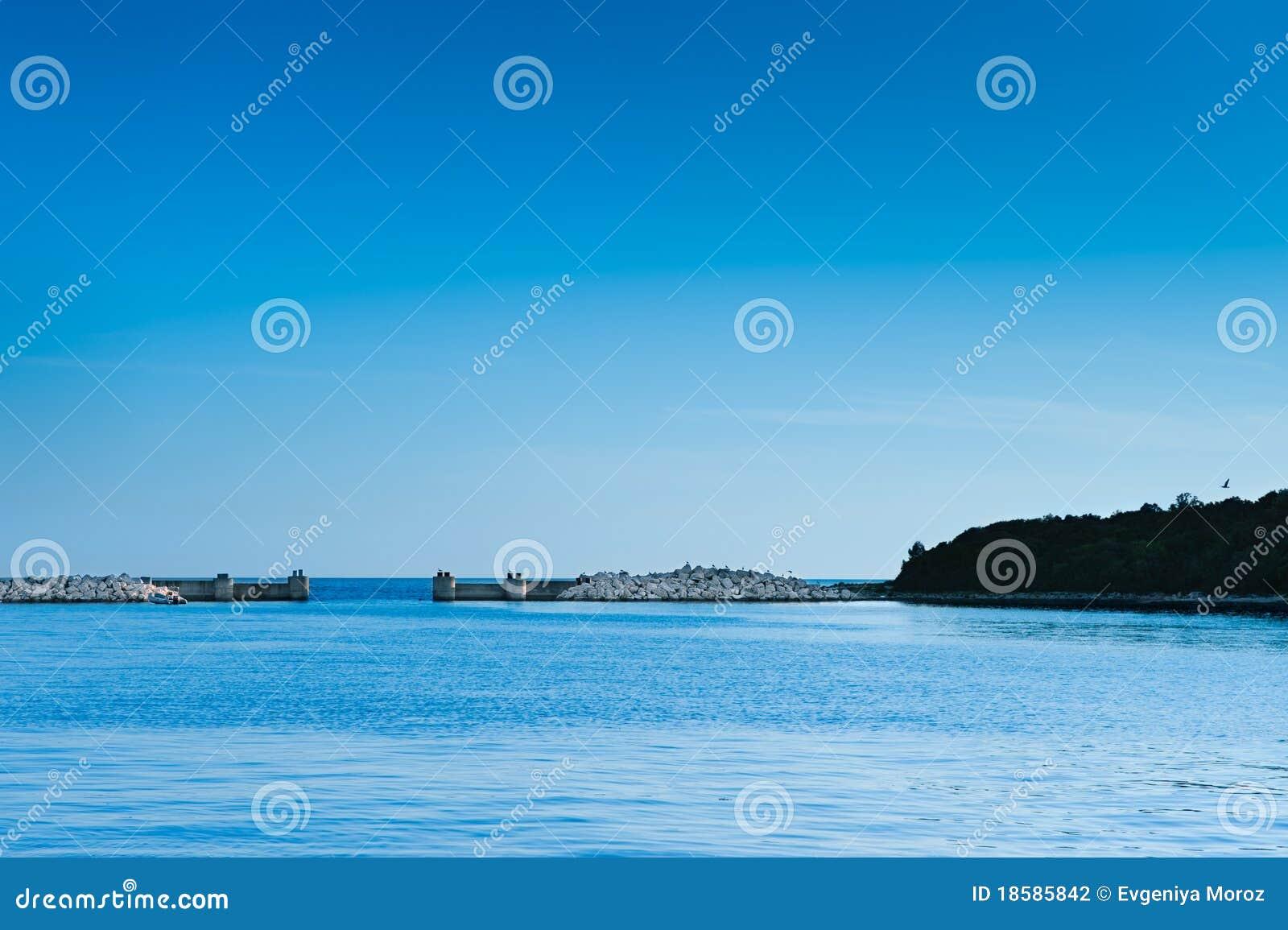 De poort van de haven bij Adriatische overzees. Vrsar, Kroatië
