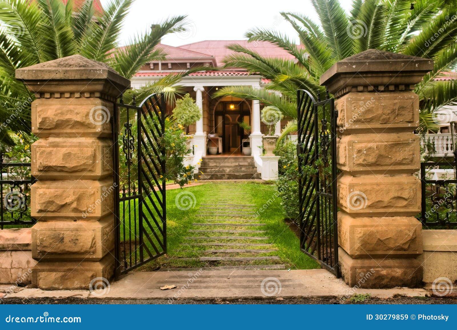 De poort van de ingang in mooi oud huis stock afbeelding