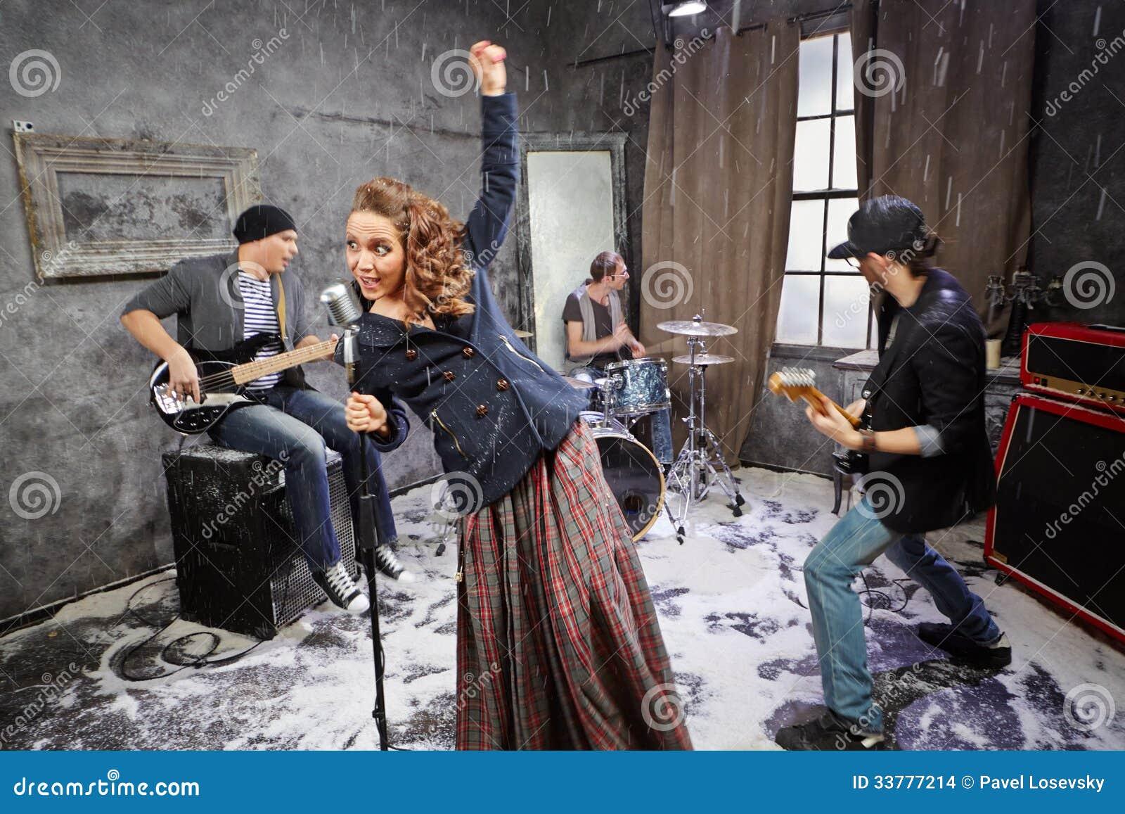 De popgroep presteert tijdens het schieten van videoklem