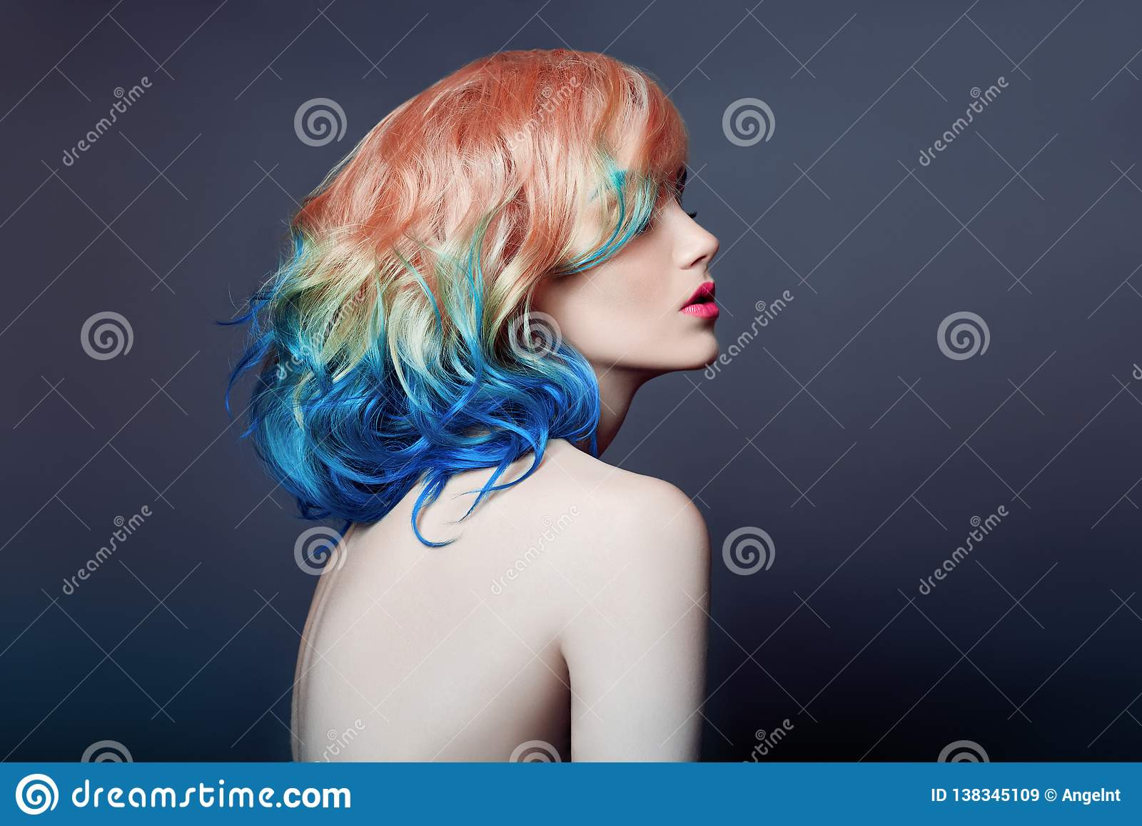 De portretvrouw met helder gekleurd vliegend haar, allen stelt purper blauw in de schaduw Haarkleuring, mooie lippen en make-up H