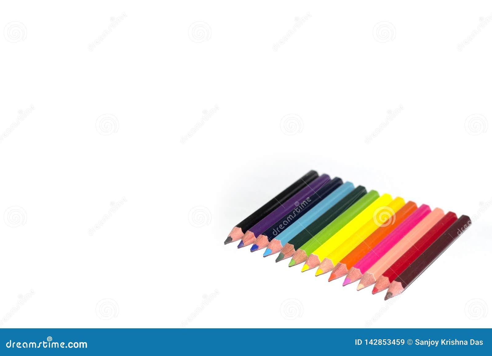 De potloden van de kleur die op witte achtergrond worden geïsoleerd