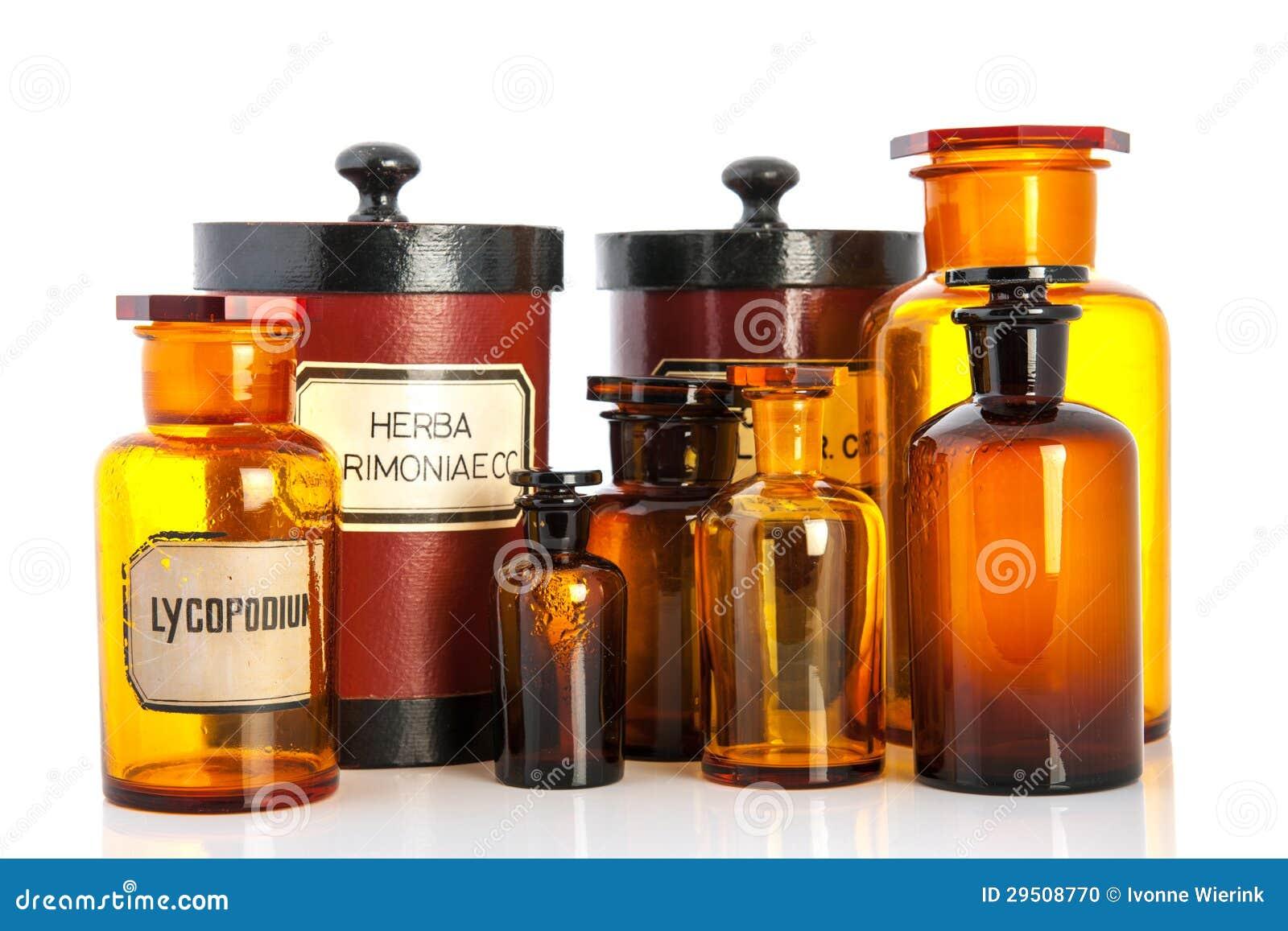 De potten van de apotheker met ingrediënten voor medicins