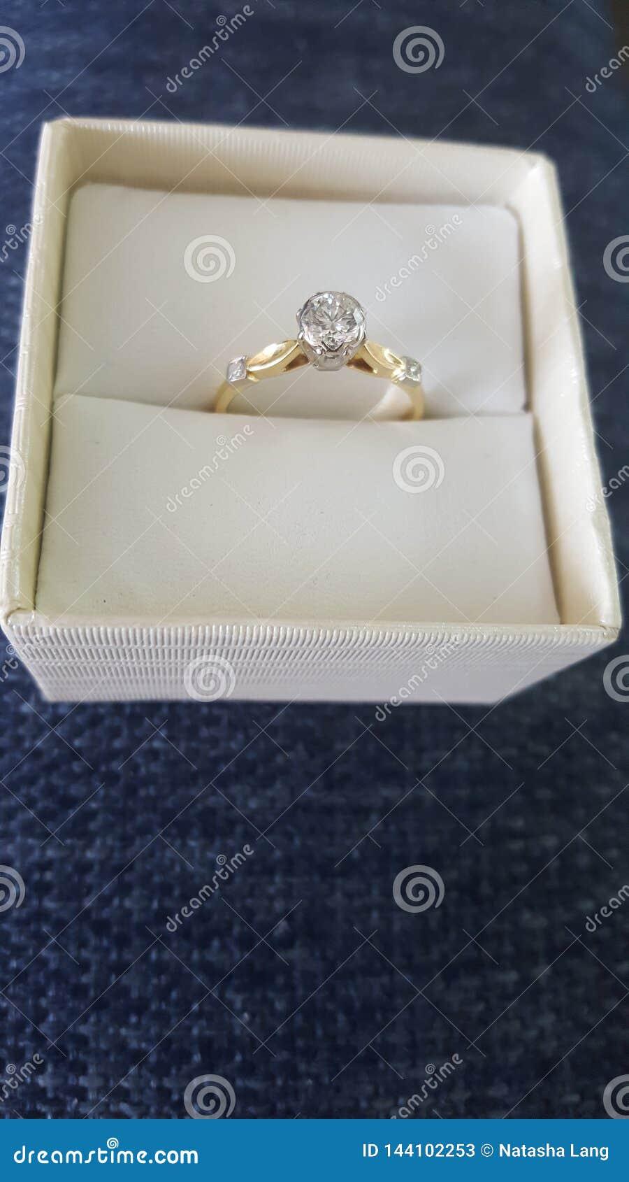 De prachtige goed gesneden ring van de patiencediamant zette op 18 die karaatgoud met twee kleine schouderdiamanten wordt geplaat