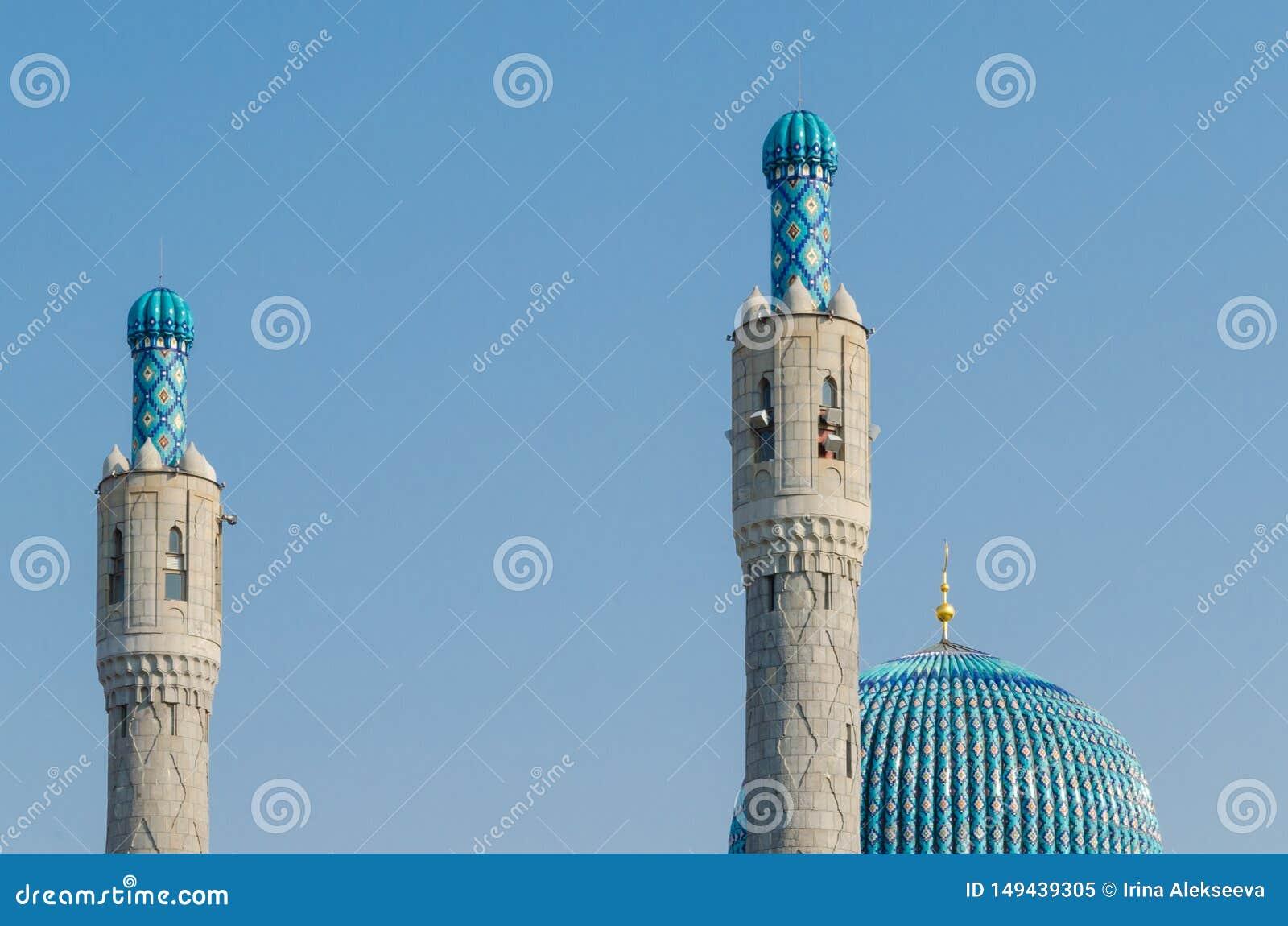 De prachtige koepel en de minaretten van de kathedraalmoskee tegen de blauwe hemel Ramadan Kareem-achtergrond