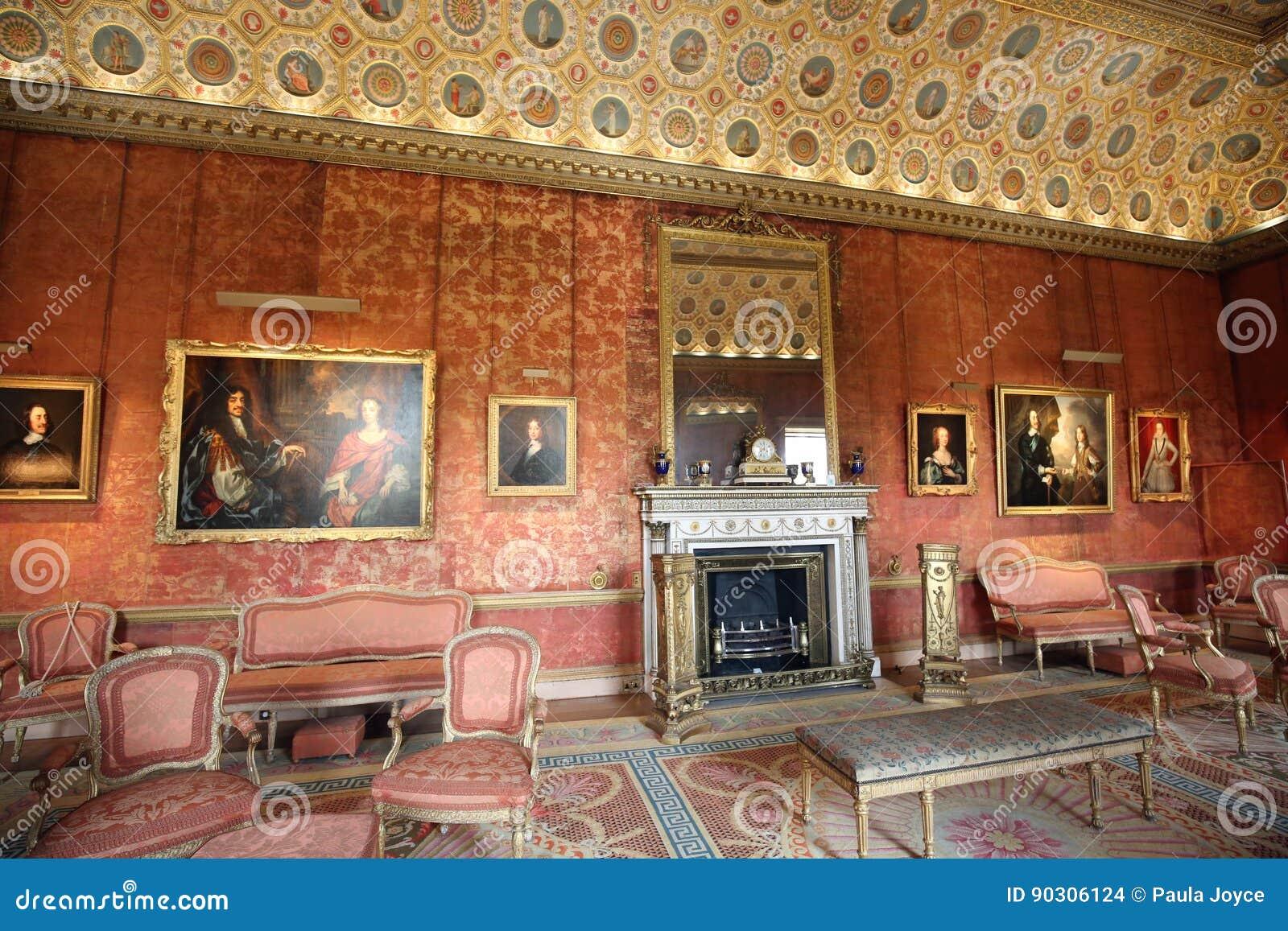 https://thumbs.dreamstime.com/z/de-prachtige-woonkamer-volledig-van-schilderijen-van-royalty-van-jaren-voorbijgegaan-90306124.jpg