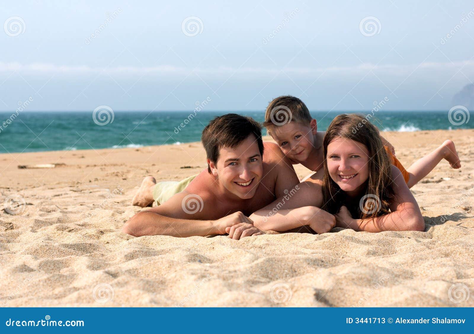 De pret van de familie bij het strand