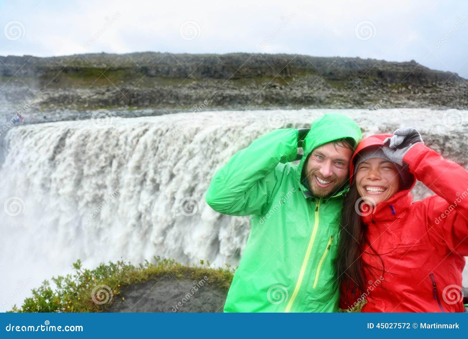De pret van het reispaar door Dettifoss waterval, IJsland