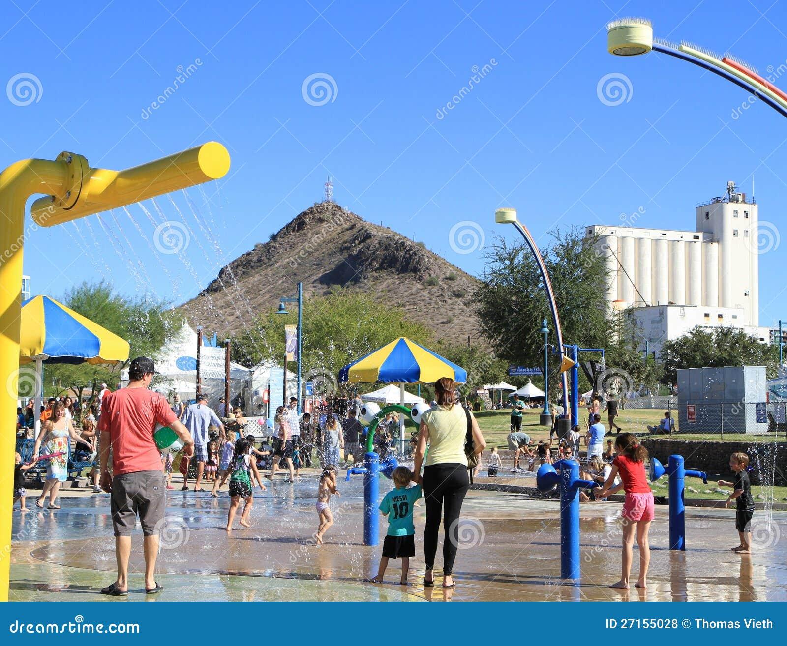 De pret van het water bij een speelplaats van kinderen