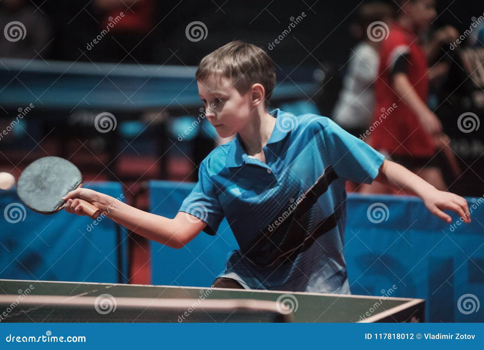 De professionele jonge jongen van de pingpongspeler ondergeschikt Kampioenschapstoernooien