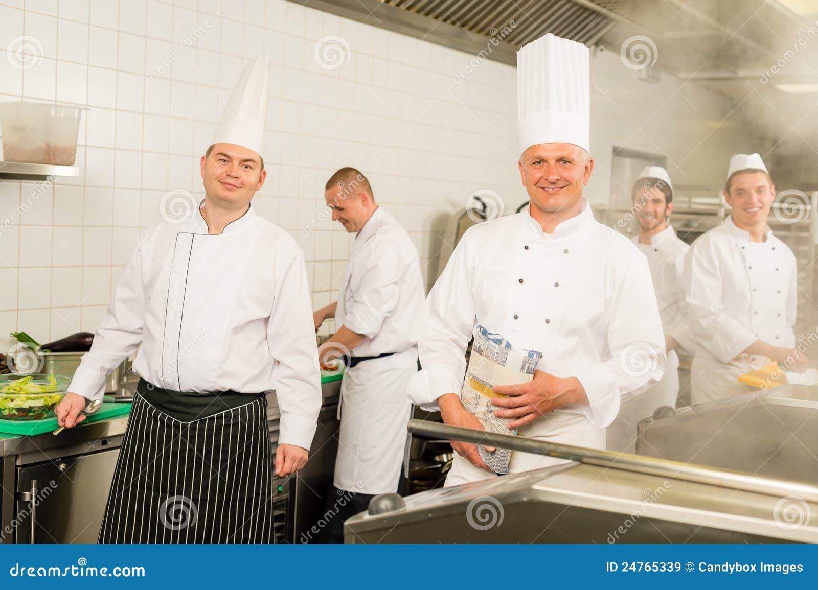 De professionele koks en de chef-kok van het keuken bezige team