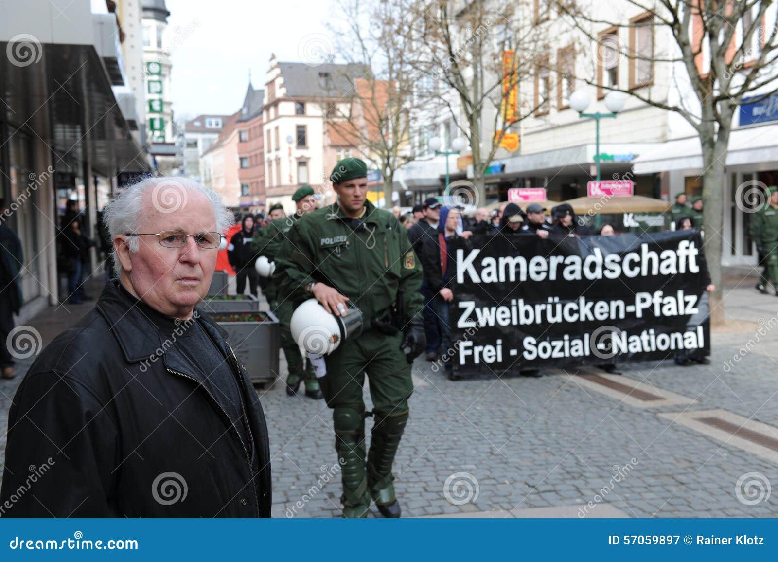 De protesteerder ving door Politie