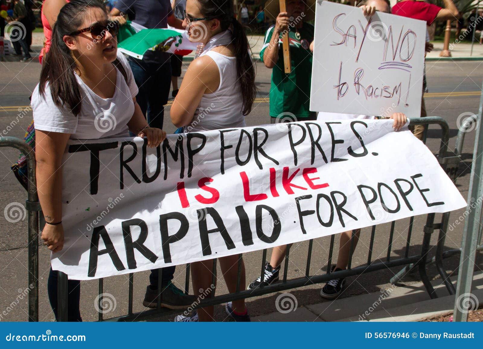 De protesteerders bij de eerste Presidentiële campagne van Donald Trump verzamelen in Phoenix