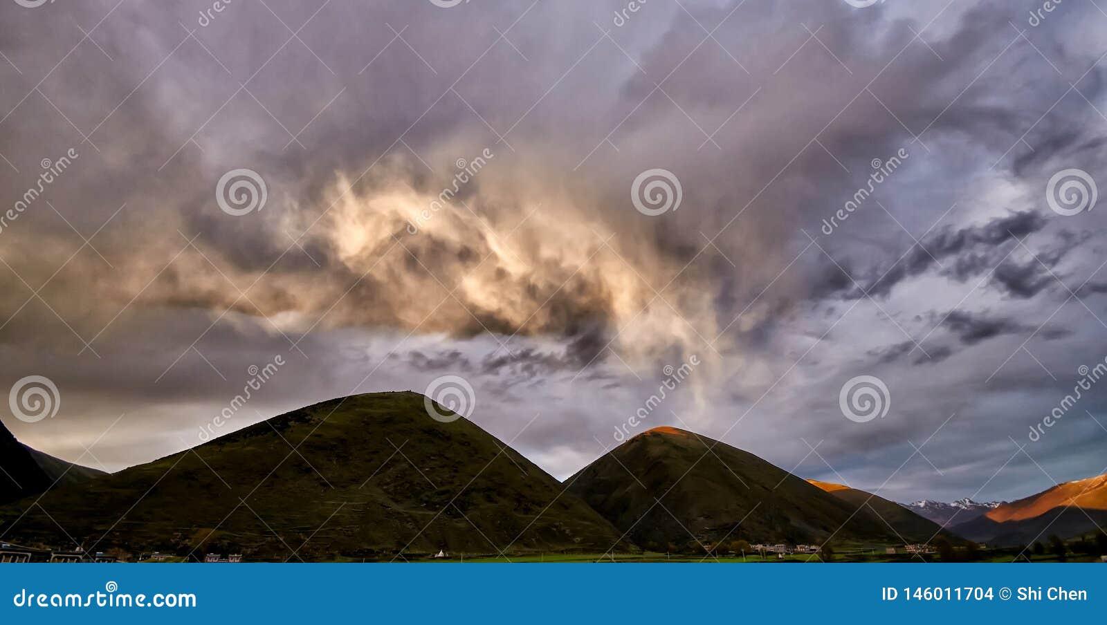 De Provincie van Sichuan, de Zonsondergang van de de bergweg van China Xinduqiao