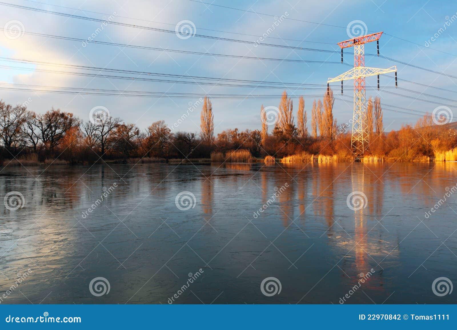De pyloon van de elektriciteit met bezinning