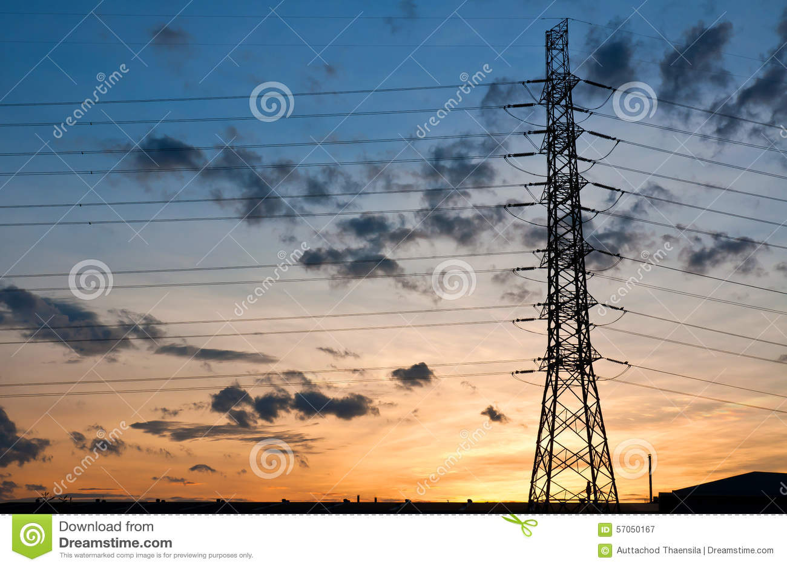 De pyloon van de hoogspanningselektriciteit op zonsondergang