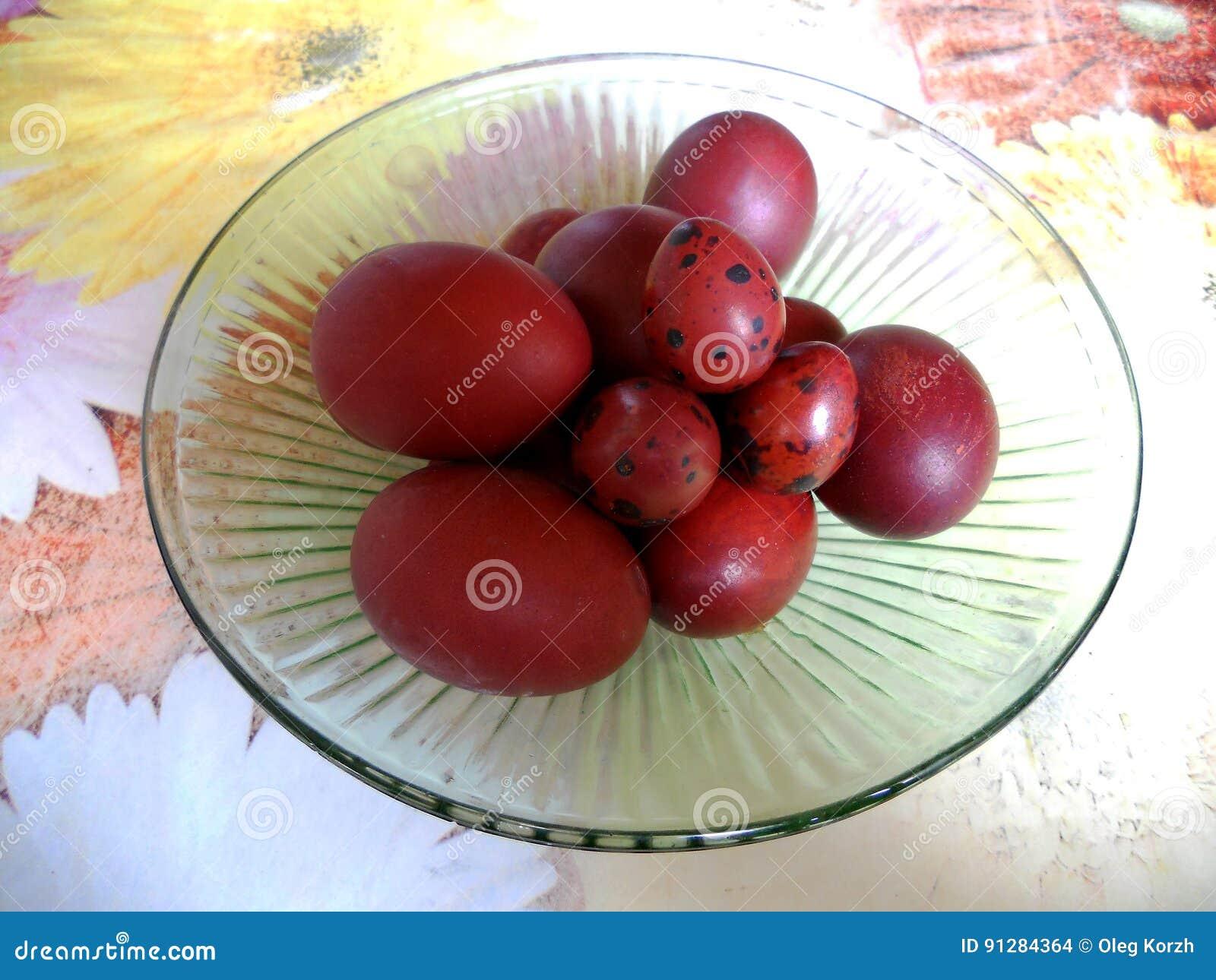 De röda äggen för foto
