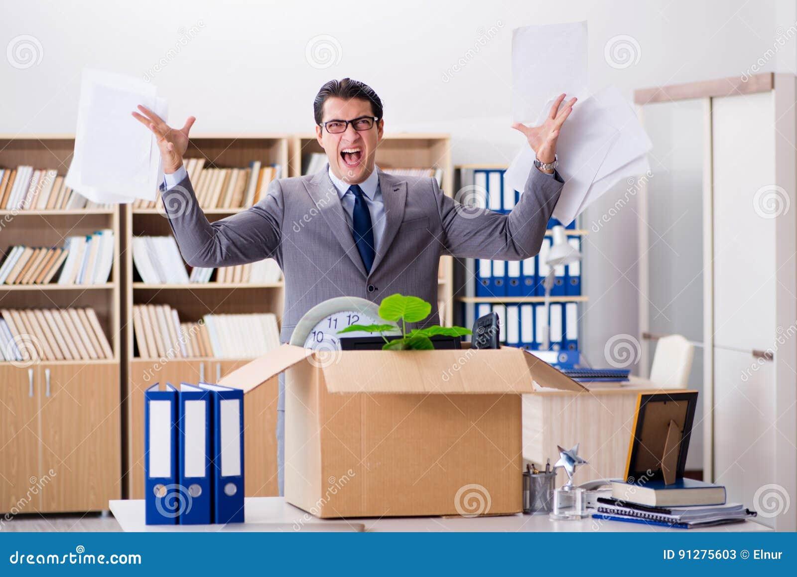 De rörande kontoren för ung affärsman når att ha varit friställt