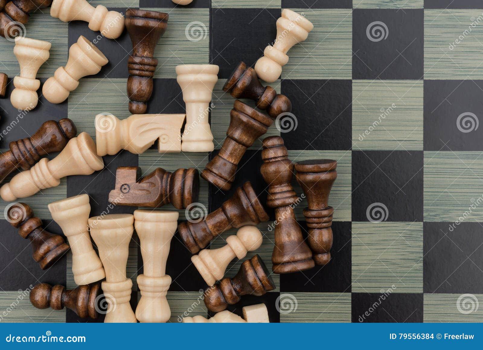 De raad van het schaak met schaakstukken