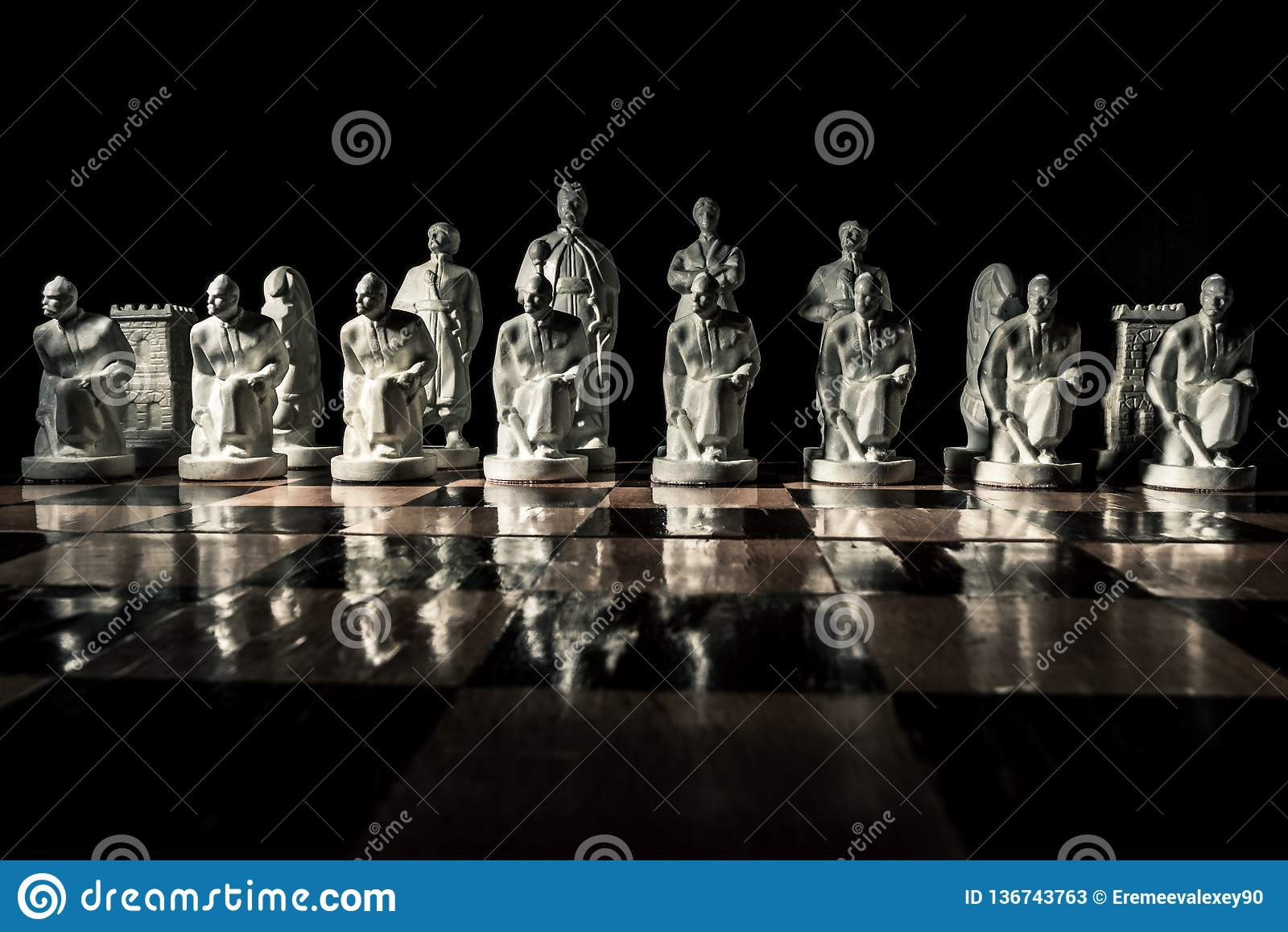 De raad van het schaak Mooi wit met de hand gemaakt schaak op een houten raad