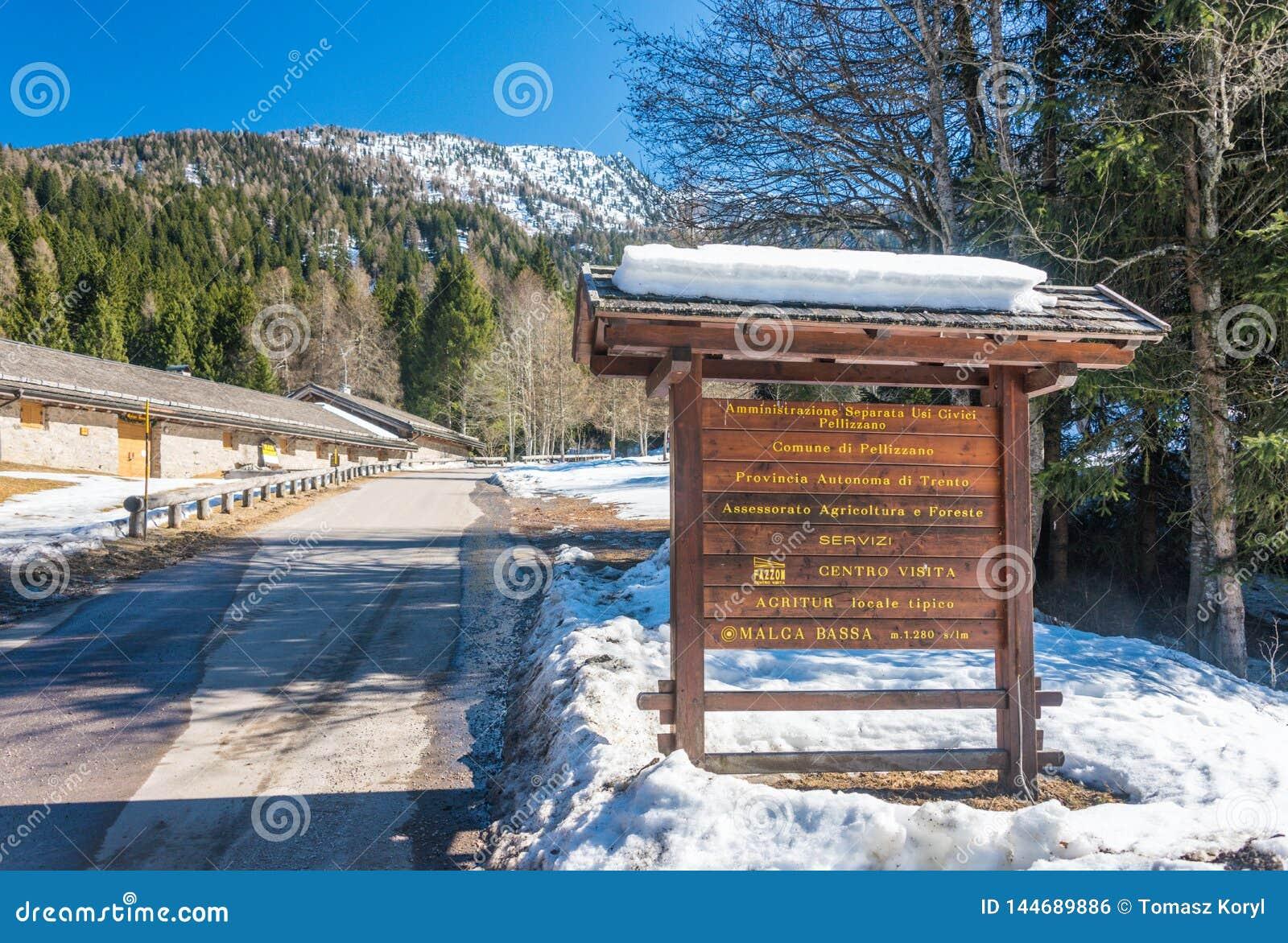 De raad van de toeristeninformatie en bergweg met wat sneeuw