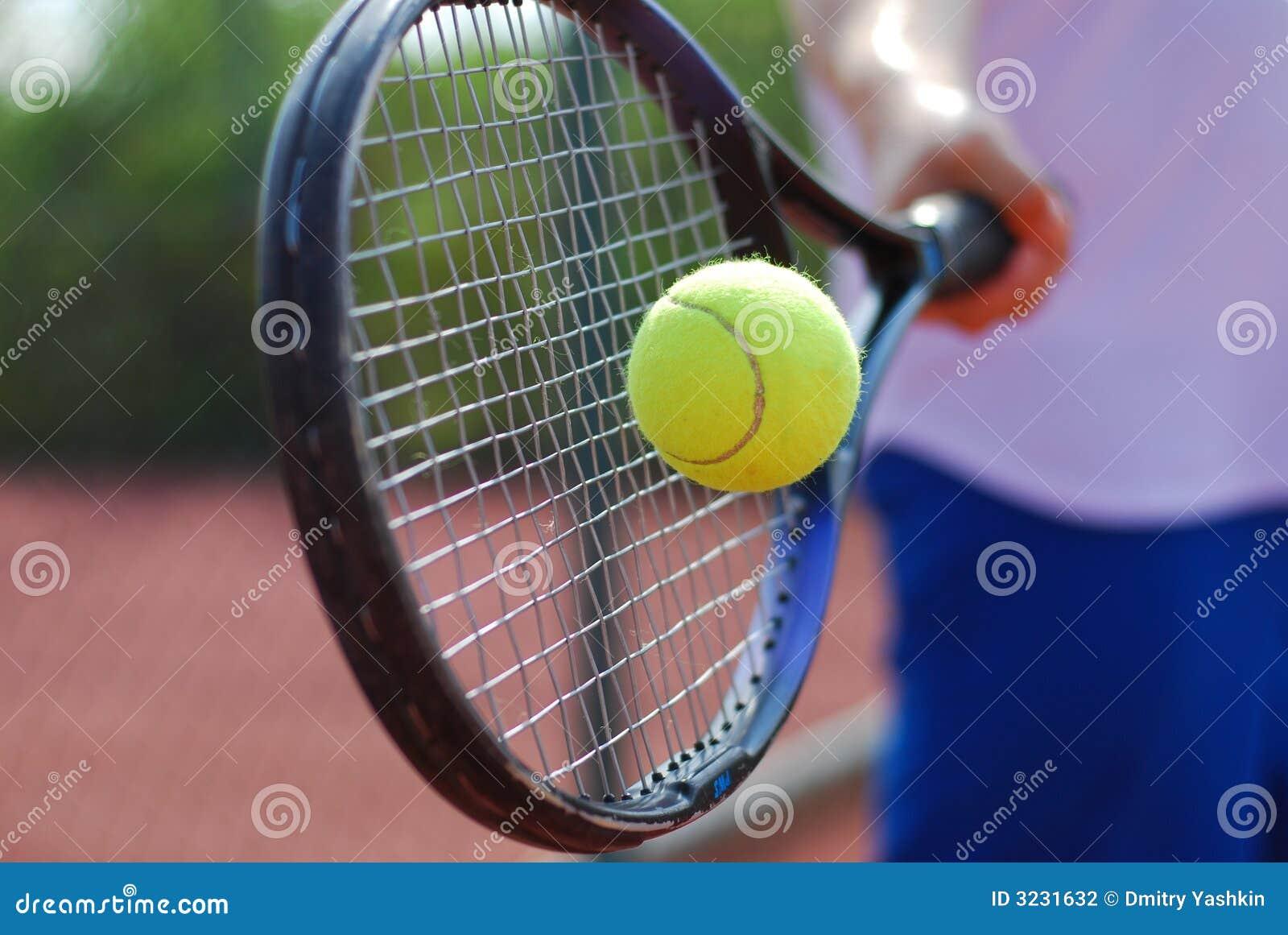 De racket en de bal van het tennis