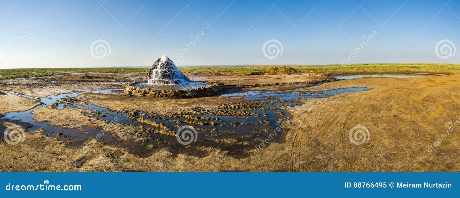 De radonlentes bij de bodem van het opgedroogde Aral Overzees