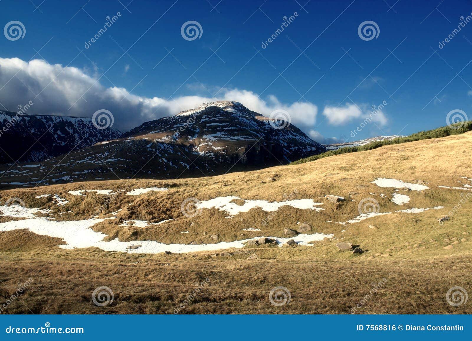 De recente herfst in bergen Bucegi