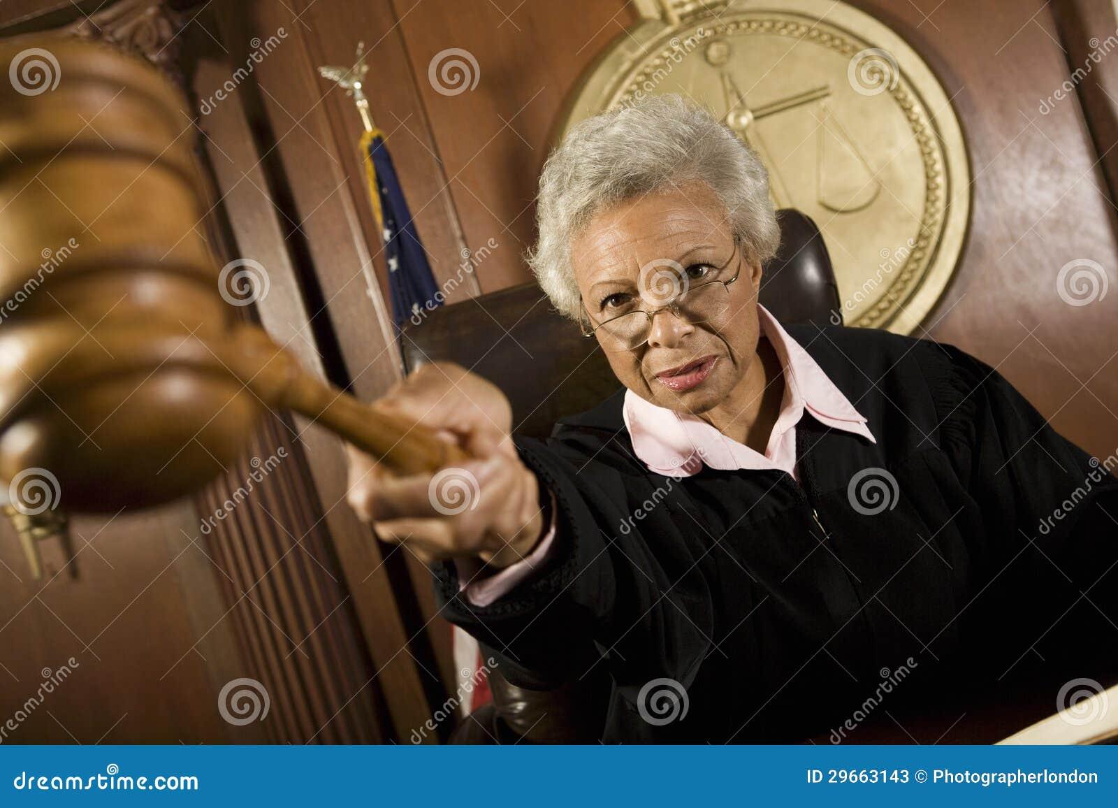 De Rechtszaal van rechterspointing gavel in