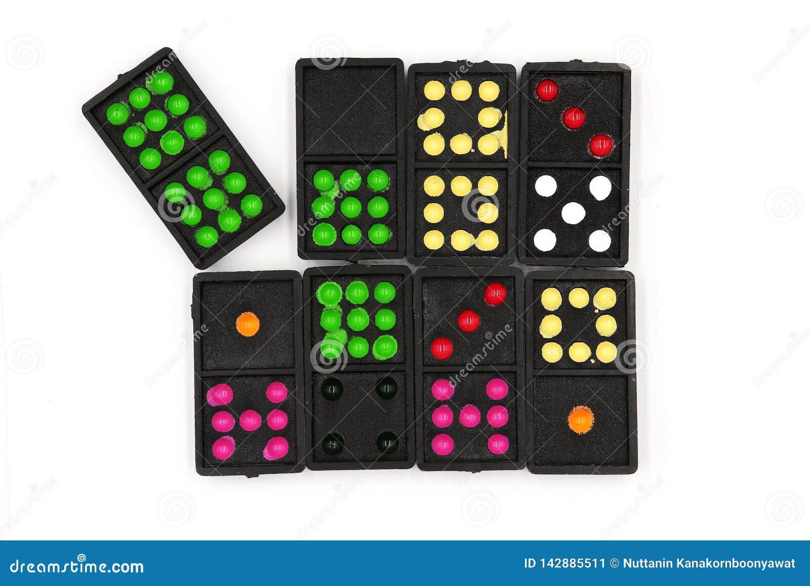 De reeks domino s, Domino ligt, sluit omhoog oude zwarte kleurendomino s met kleurrijke puntstukken die op witte achtergrond word