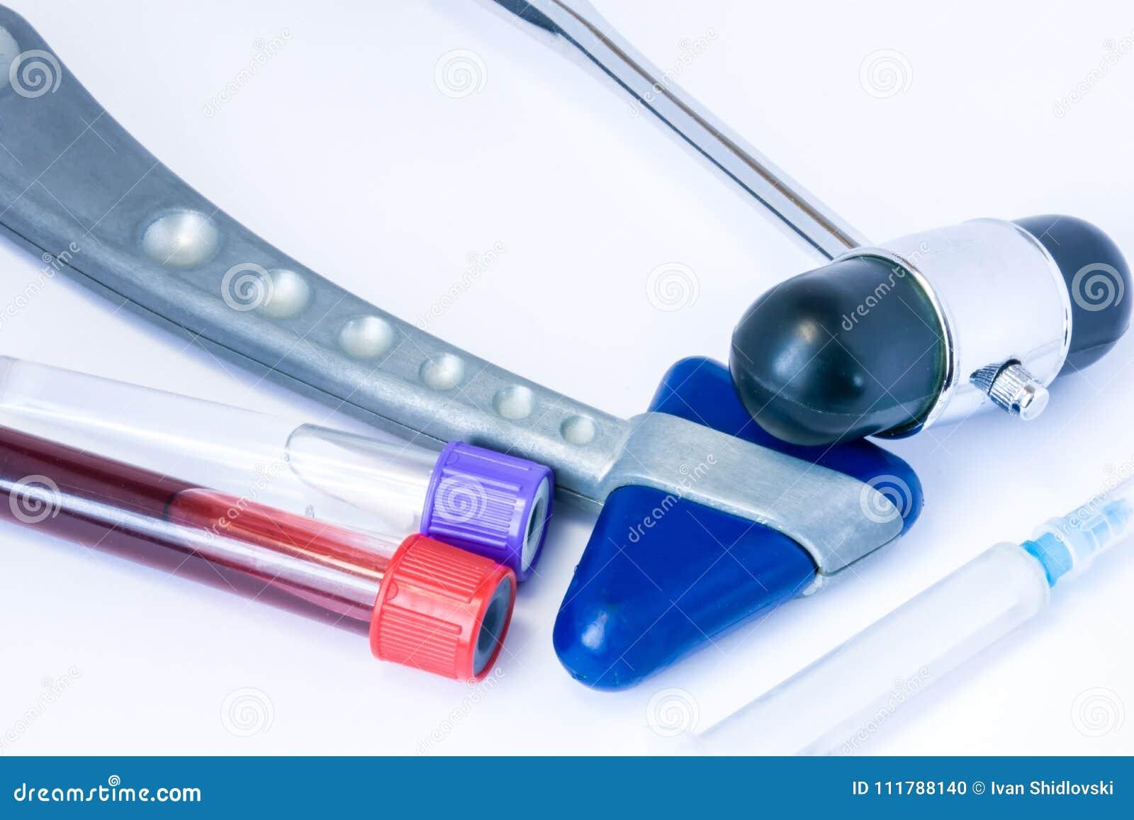De reeks van kenmerkend materiaal van neuroloog of huisarts omvat twee neurologische reflexhamerspuit, bloed en cere