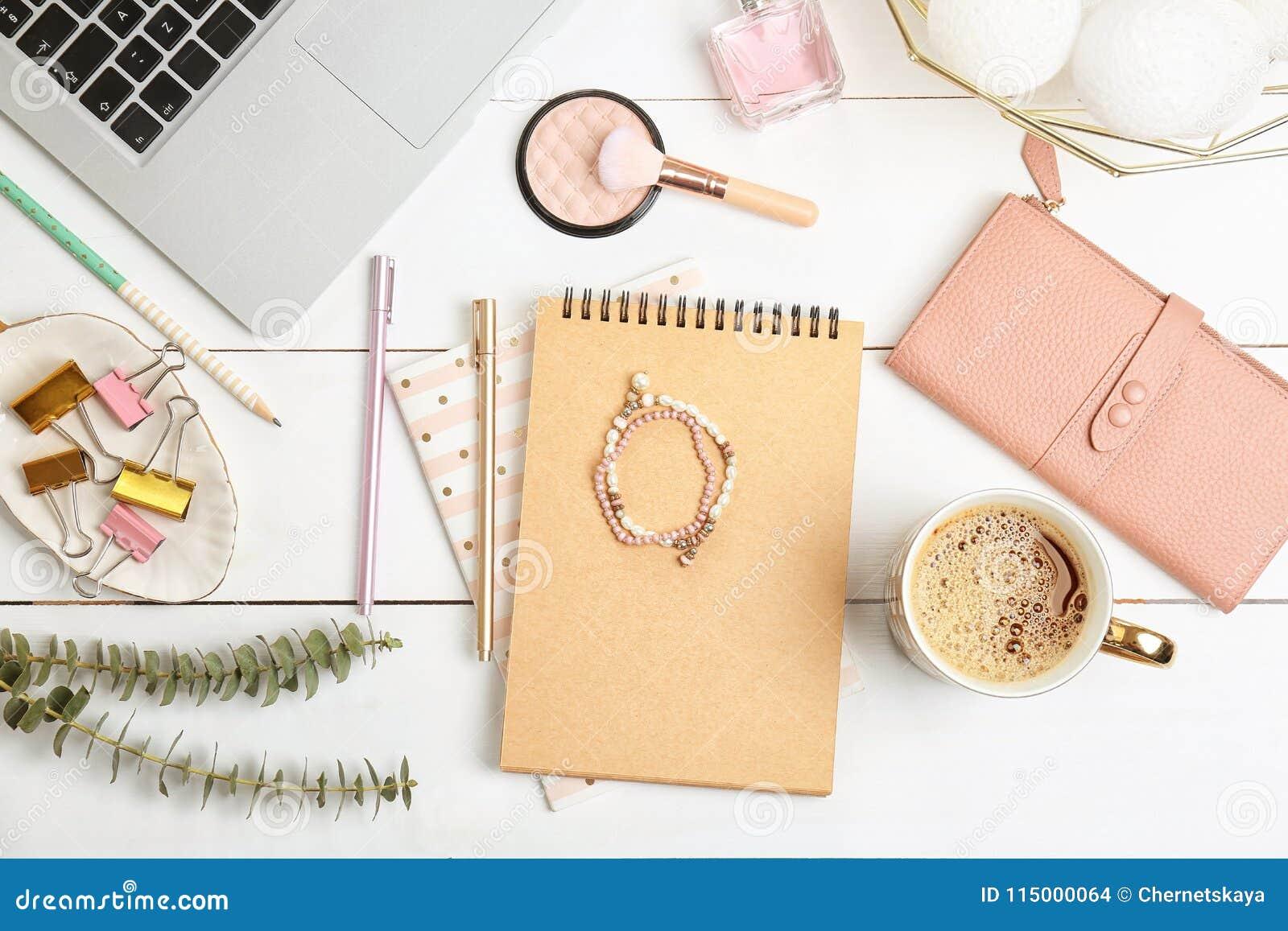 De reeks van toebehoren, schoonheidsmiddelen en laptop op houten vlakke achtergrond, legt Schoonheid het blogging