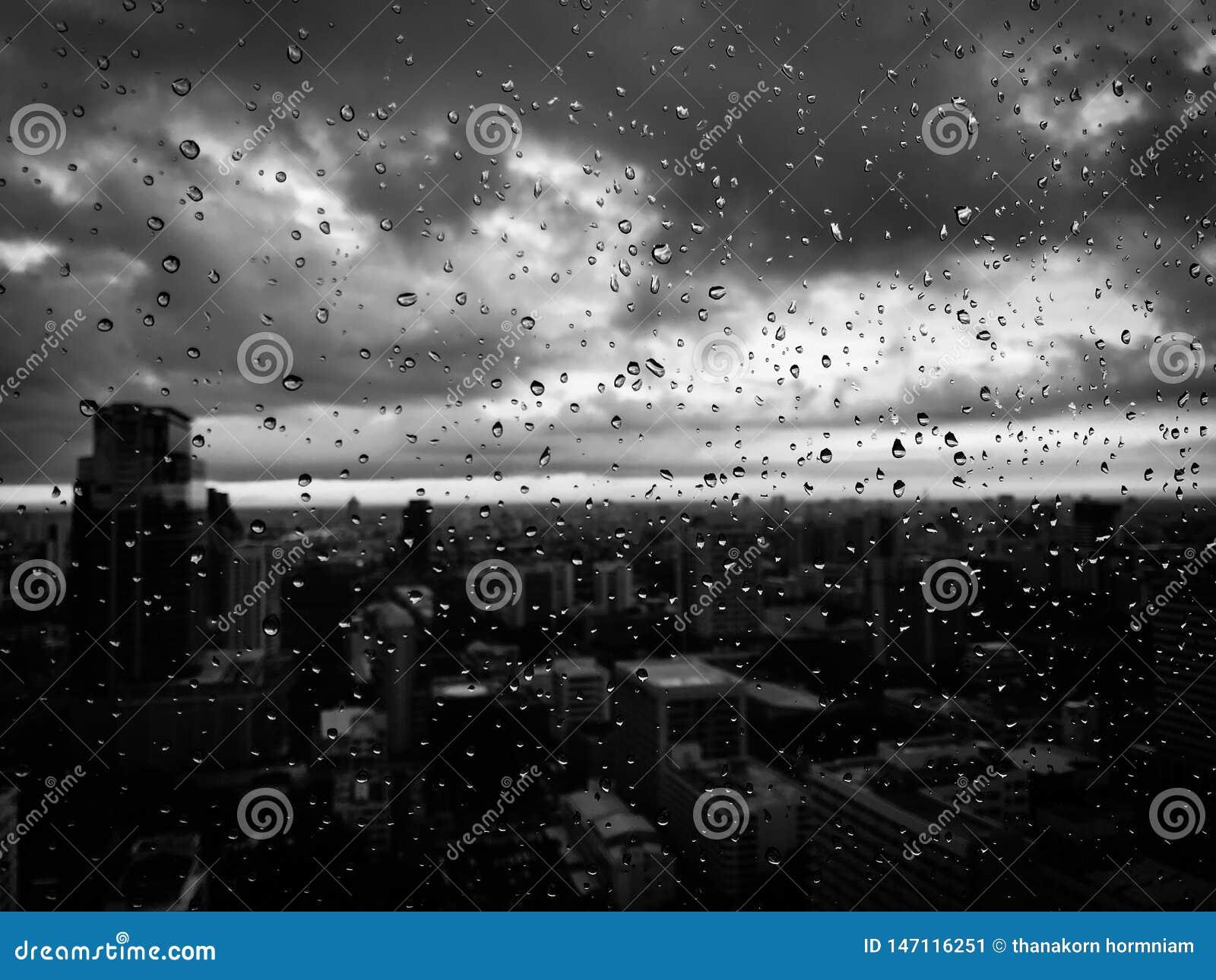 De regen laat vallen zwart-wit