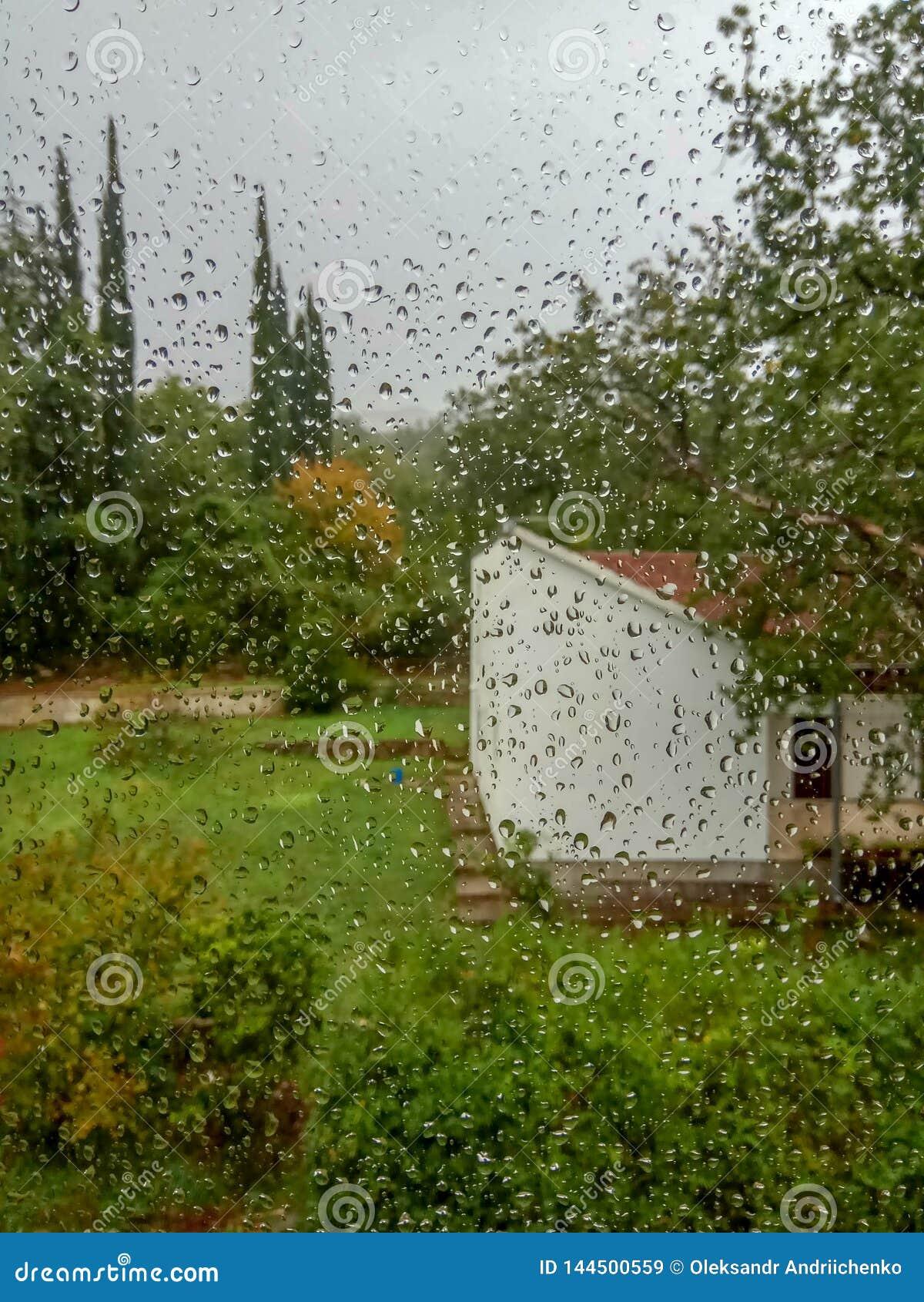 De regendruppel op het windscherm, het regent buiten